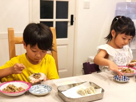 男子 日本人 女 女性 女子 室内 食べ物 料理 楽しい 思い出 うれしい 家族 子供 男の子 兄弟 知育 教育 女の子 幼児 こども 小学生 お手伝い 2人 少女 楽しみ 手作り 真剣 愛情 人 成長 中華料理 育児 アジア人 2 美味しい 好奇心 ひき肉 子 上手 キッズ 女児 わくわく チャイルド 餃子 食育 家庭科 手料理 雨の日 餃子の皮 上達