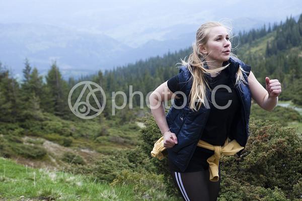 山道を走る女性2の写真