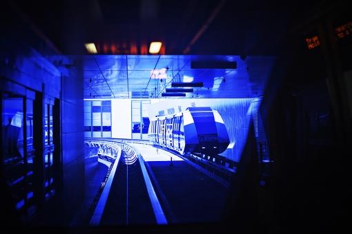 電車 乗り物 交通 機会 電気 ライト レール 移動 運転 動く 進む 走る 乗せる 乗車 運ぶ 観光 観光客 旅行 通勤 通学 天井 駅 地下鉄 室内 屋内 無人 アメリカ 外国 景観