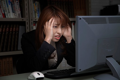 人物 日本人 仕事 ビジネス 会社員  社員 屋内 室内 社内 デスクワーク  オフィス 事務所 会社 女性 OL パソコン  にらめっこ 忙しい トラブル 頭を抱える 困る しかめっ面 しかめる 難しい 考える 机 上半身 残業 スーツ オーバーリアクション mdfj012