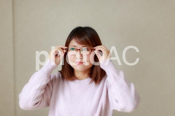 眼鏡をかける女性の写真
