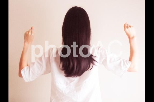 頑張る女性の写真