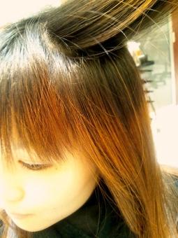 ヘアカラー 毛染め 日本人 リタッチ レタッチ 髪の毛 染める 美容院 美容室 美容 理容 ヘアスタイル ヘアアレンジ カラーリング 身だしなみ 女性 人物 おしゃれ オシャレ 流行 ビューティ 美容師 客 若い CUT カット ヘアカット 前髪 ロングヘア 髪