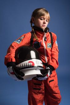 mdfk045背景 ダーク ネイビー 紺 女の子 女子 女 女児 子ども こども 子供 1人 ひとり 一人  児童 宇宙服 宇宙 服 スペース スペースシャトル 宇宙飛行士 飛行士 オレンジ 希望 夢 将来 未来 体験 職業体験 職業  小物 小道具 ヘルメット 抱える  外国人 mdfk045