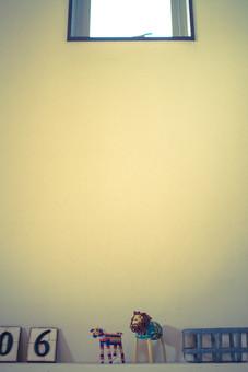 白い壁 小窓 タイル 数字 0 6 置き物 動物 アニマル 犬 ライオン かご 小物入れ 雑貨 小物 インテリア ディスプレイ 部屋 店内 インテリアショップ 雑貨屋 雑貨店 シンプル ナチュラル おしゃれ 洒落た 空間 スペース 余白 トイフォト トイカメラ トイデジ 思い出 回想