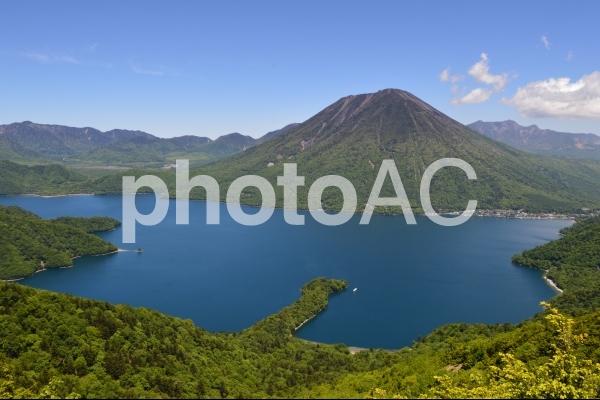 新緑に囲まれた中禅寺湖の写真