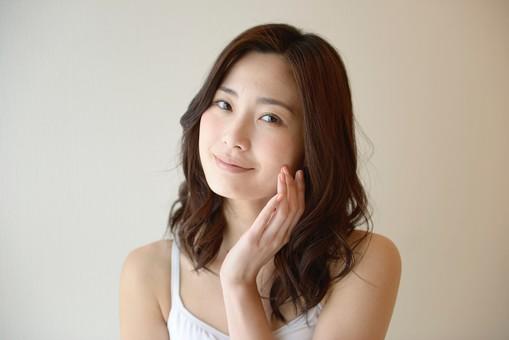 日本人 女性 女 30代 アラサー ライフスタイル 部屋 ベッドルーム 寝室 室内 ポーズ キャミ キャミソール 部屋着 ナチュラル ミディアムヘア スキンケア ケア 肌 素肌 美肌 美容  メイク 化粧 チェック 顔色 すっぴん スッピン 仕草 mdjf013