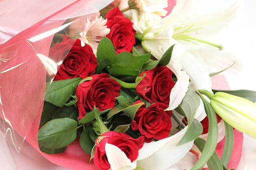 百合 ユリ ゆり 薔薇 バラ ばら 花束 愛 美 愛情 情熱 熱烈な恋 植物 フラワー 種子植物 花弁 花びら 生花  葉 葉っぱ 赤い花 白背景 白バック ホワイトバック 5月 6月 10月 11月 ラッピング プレゼント