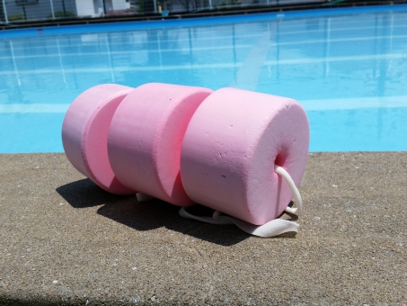 ピンク 海 プール 夏 夏休み 7月 8月 うきわ ウキワ 浮き輪 スポンジ プールサイド 水 水色 青 ブルー 自然 風景 背景 素材 小物 子供 子ども