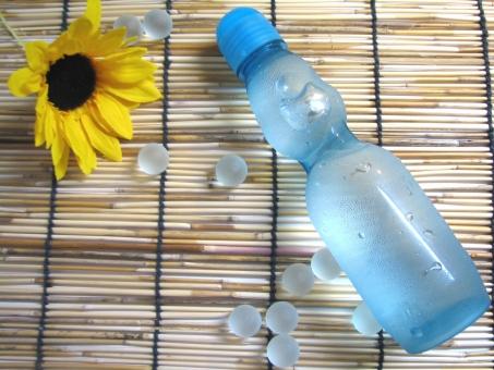 ラムネ 冷えたラムネ サイダー 暑い日 夏の思い出 猛暑 ひまわり よしず すだれ 夏 夏の日 日本の夏 夏休み こども 子供 海の家 海岸 浜 海 リフレッシュ うるおい 潤い ジュース 炭酸 炭酸水 ラムネサイダー 美味しい おいしい 冷えてる 冷たい 日本らしい ドリンク なつまつり 夏祭り まつり 8月 7月 9月 売店 季節 弾ける はじける