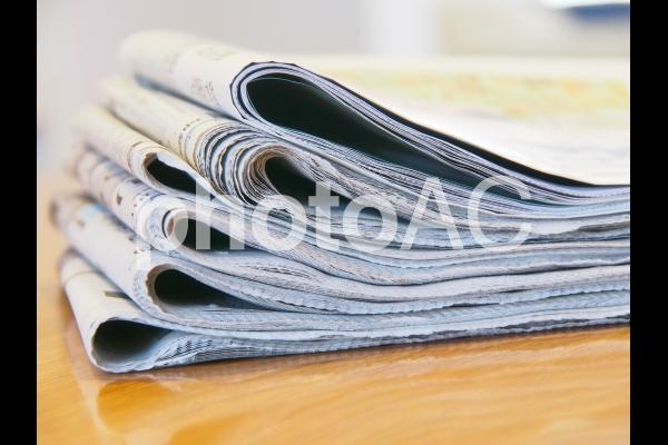 テーブルの新聞紙の写真
