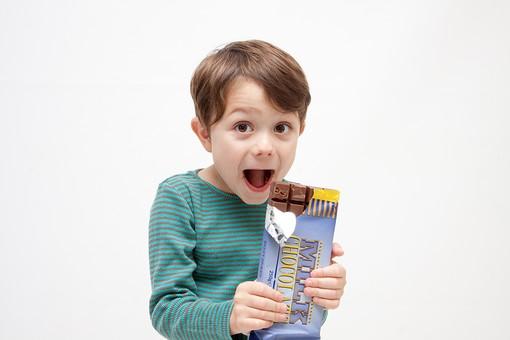 人物 こども 子ども 子供 男の子  少年 幼児 外国人 外人 かわいい  無邪気 あどけない 屋内 スタジオ撮影 白バック  白背景 ポートレート ポーズ 表情 Tシャツ  カジュアル 上半身 食べ物 おやつ スイーツ チョコ チョコレート 板チョコ 食べる 美味しい 笑顔 喜ぶ キッズモデル mdmk010