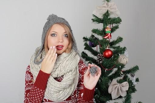 白バック 白背景 グレーバック 外国人 白人 金髪 ブロンド 20代 30代 女性 セーター ニット ノルディック柄 スカート クリスマス Christmas X'mas クリスマスツリー ツリー モミ もみの木 樅の木 モミの木 飾り オーナメント ボール リボン ブーツ 松ぼっくり 立つ スヌード マフラー 寒い 上半身 バストアップ バストショット ニット帽 耳あて 耳あて付きニット帽 カメラ目線 驚く びっくり mdff129