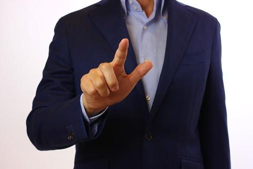 人物 指 手 親指 第一指 人差し指 第二指 指数字 指差し確認 指図 指示 指導 誘導 案内 合図 忠告 挑戦 狙い 指をさす 押す プッシュ ボタンを押す 操作 要点 ポイント 片手 右手 身振り 手振り ジェスチャー 方向 ベクトル 方角 背広 ジャケット 教師 先生 講師 白背景 背景無地 スタジオ撮影