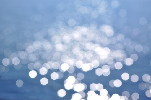 波 輝き 丸ぼけ 青 海 空 背景 湘南 うみ,海,海岸,海辺,浜,砂浜,景色,風景,自然,爽やか,湘南,神奈川,ビーチ,波,飛沫,しぶき,海面,水面,水,風,海水浴,夏,リゾート,癒し,環境,空,雲,サーフィン,サーファー,ボード,人物,早朝,爽やか,スポーツ,マリンスポーツ,湘南,神奈川,ビーチ,波,ウェーブ,海水浴,空,早朝,夜明け,グラデーション,青,オレンジ,青春,スポーツマン,趣味,情熱,アクティブ,余暇,挑戦,自然,さざ波,ナチュラル,暗い,湘南,逆光,風景,夏