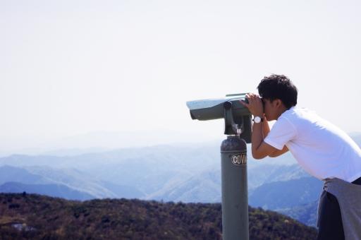 双眼鏡 望遠鏡 男 男性 黄昏 日本人 背景 たそがれ 夏 春 山頂 観察 青春
