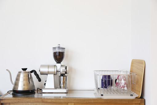 やかん 湯沸かし ケトル 電気ケトル ポット 電気ポット コーヒーメーカー ミル コーヒーミル コーヒー コーヒー豆 焙煎 煎る 挽きたて 機械 家電 調理器具 本格的 電気 シルバー シンプル 小物 雑貨 キッチン用品 水切り まな板 食器 カップ コップ インテリア 背景 壁 テーブル 机 デスク 棚 シェルフ 台所 キッチン ナチュラル