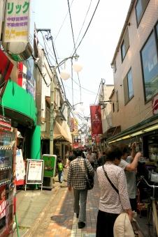 ビルディング 都会 東京 tokyo 16 裏道 細道 小道 裏通り 北口 自転車 商店街 買物 ショッピング おばちゃん