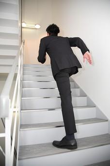 ビジネス 仕事 会社 ビル 建物 建築 建築物 壁 階段 上る 下りる 上下 手すり ライト 電気 電灯 灯り サラリーマン ビジネスマン 会社員 男性社員 男性 男の人 成人 20代 スーツ オフィス内 背中 後姿 室内 屋内 日本人 人物 駆け上がる mdjm003