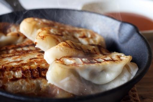 餃子 中華料理 フライパン スキレット 料理 食べ物 中華 ギョウザ ぎょうざ ギョーザ 点心 調理 中国料理 焼きギョウザ 食事 食材 焼きぎょうざ 焼餃子 飲茶 焼ギョウザ