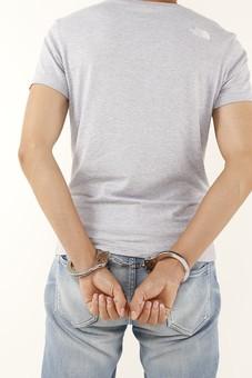 人物 男性 若者 手 手錠 犯罪 犯人 犯罪者 逮捕 検挙 違法行為 不法行為 事件 窃盗 詐欺 傷害 罪 現行犯 容疑者 捕まえる 捕まる 後ろ姿 後姿 後ろ手 白バック 白背景 Tシャツ ジーパン ジーンズ