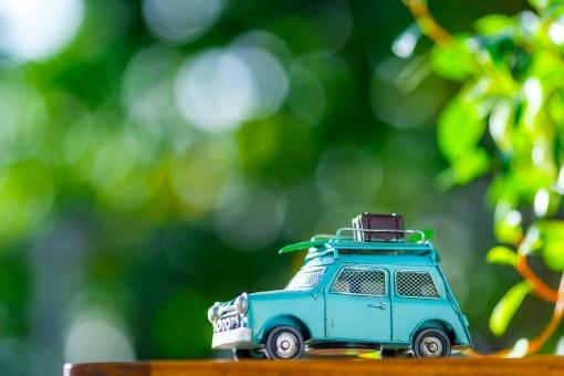 ミニチュアの車 緑背景の写真