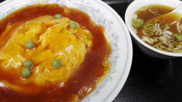 定食 ごはん 料理 食事 かに玉 スープ 中華 卵料理 あん グリンピース 外食 美味しい 食べ物 屋内 日本 れんげ ケチャップ タマゴ 天津飯 天津 たまご 玉子 卵