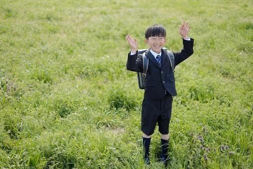 人物 子供 こども 男の子 男児 児童 少年 小学生 入学式 進級 進学 入学 学校 新入学 制服 私立 礼服 正装 春 草 植物 屋外 ランドセル 通学 登校 下校 登下校 通学路 日本人  mdmk015