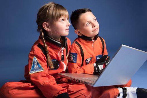 背景 ダーク ネイビー 紺 子ども こども 子供 2人 ふたり 二人 男 男児 男の子 女 女児 女の子 児童 宇宙服 宇宙 服 スペース スペースシャトル 宇宙飛行士 飛行士 オレンジ 希望 夢 将来 未来 体験 職業体験 職業 小道具 小物  PC パソコン 検索 調べる 調査 座る 胡座 あぐら 胡坐 見上げる 目指す 外国人  mdmk009 mdfk045