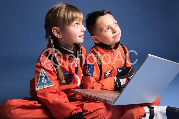 宇宙服姿でPCを弄る子どもたち13の写真