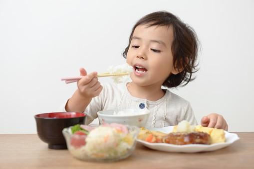 日本人 座る 女 女性 女子 部屋 屋内 室内 テーブル 朝食 食事 料理 リビング 机 家族 子供 ファミリー 女の子 幼児 子ども 娘 躾 持つ 食卓 食べる サラダ ダイニング ご飯 朝ご飯 腰掛ける 子育て 成長 しつけ 家具 ランチ 昼食 箸 フード ごはん おかず 育児 つかむ 運ぶ アジア人 卓上 主食 はし 副食 ルーム キッズ 女児 チャイルド 昼ご飯 おんな 育ち盛り 食いしん坊 食べ盛り mdfk047