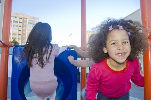 人物 生物 人間 生徒 学生 学童 子ども かわいい キッズ 幼い 外国人 外国 風景 学校 勉強 学び 教育 休み時間 休憩 放課後 自由時間 遊ぶ 屋外 遊具 楽しい 広い 大きい 青い 女の子 女子 滑り台 トンネル 滑る  mdfk033
