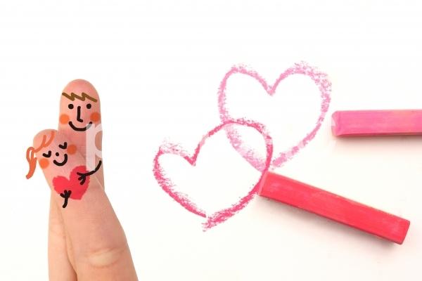 パステルハートの指カップルの写真