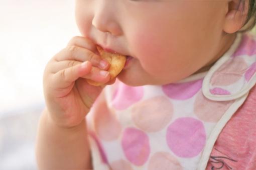 子供 こども 子ども おかし お菓子 たべる 食べる つまむ 顔 かお ピンク ぴんく もも モモ て 手 可愛い かわいい おやつ 食べ物 たべもの 癒し いやし うれしい 嬉しい 幼児 乳幼児 人物 赤ちゃん あかちゃん ベビー べびー べいびー ベイビー