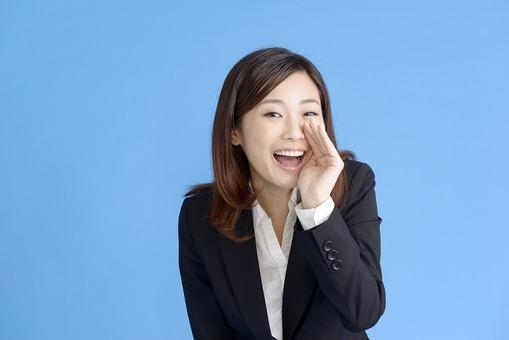 人物 女性 日本人 20代 若者  ビジネス スーツ 黒 紺色 セミロング  OL 社会人 会社員 ビジネスマン 就活  就職活動 真面目 ポーズ 屋内 スタジオ撮影  ブルーバック 上半身 応援 声援 叫ぶ 呼ぶ 声を出す 励ます 仕草 正面 コピースペース mdjf013