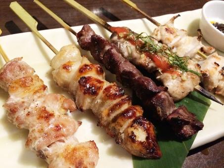やきとり 焼き鳥 串焼き 料理 居酒屋 鳥 鶏肉 肉 レバー 砂肝 タン ハツ もも 皮 ねぎま 皿 夕食 つまみ たれ お酒