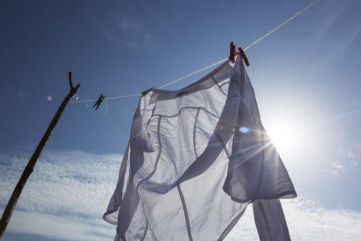 青空 空 お空 大空 晴天 晴れ 快晴 青色 青い 青天井 蒼穹 蒼天  爽やか 爽快 さっぱりした 健康的  洗濯物 洗濯 干す 乾かす 乾す さらす  吊る 吊り下げる 吊るされた  ロープ ビニールロープ  洗濯バサミ クロスピン 洗濯ばさみ 留め具 日用品 生活雑貨 家庭雑貨 雲 シャツ 白シャツ ブラウス 太陽 お日様 お天道様 日射し 陽射し 日光  逆光