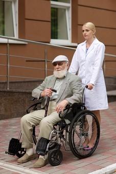病院 医院 診療所 屋外 外 外国人 白人 男性 老人 高齢 高齢者 おじいさん おじいちゃん 髭 ヒゲ ひげ 白髪 女性 金髪 白衣 車椅子 車いす 座る 乗る 乗せる 上着 ジャケット サングラス 杖 つえ ハンチング帽 押す 全身 女医 医者 医師 mdjms016       mdff142