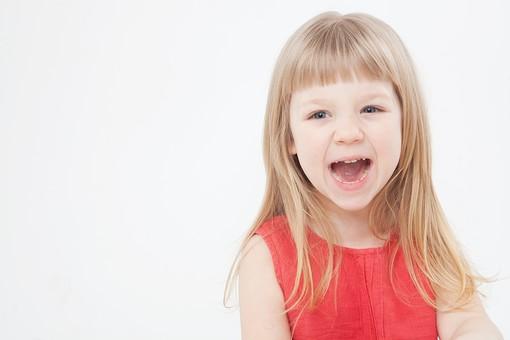 外国人 白人 キッズモデル モデル キッズ 子供 子ども 白バック 白背景 屋内 スタジオ撮影  人物 女の子 女児 女 少女 幼児 小学生 顔 アップ ストレートヘア ストレート 金髪 ブロンド ロング ロングヘア ポートレート ポートレイト 微笑む 微笑 スマイル 笑顔 表情 コピースペース  かわいい 口を開ける mdfk043