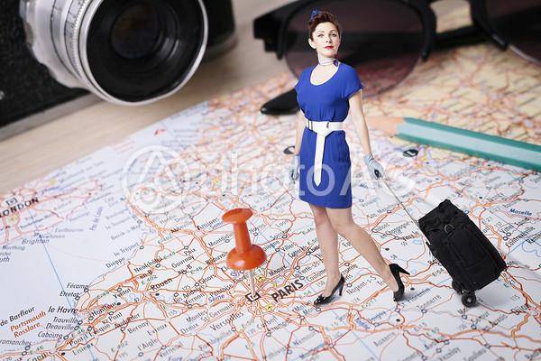 地図に乗る女性1の写真