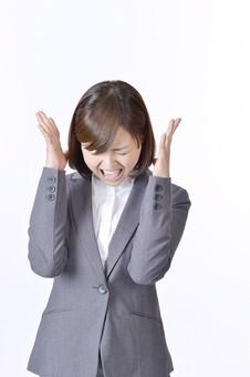 女性 女 社員 会社員 仕事 会社 ビジネス スーツ 女性社員 女の人 ポーズ  怒る トラブル イライラ ケンカ 大声 苛立ち 日本人 人物 白背景 白バック 一人  ビジネスウーマン シャツ OL グレー 叫ぶ mdjf003