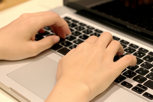 パソコン 通信 産業 インターネット メール 周辺機器 屋内 入力装置 家電 事務用品 デスクトップ デスクワーク ボタン oa機器 ビジネスアイテム 人物 作業 操作 打ちこむ タイピング タッチタイピング 打つ 手元 両手 ボディーパーツ 液晶画面 スクリーン 部屋 通信機器 室内 pc 入力 ブラインドタッチ パソコン操作 インターネット検索 文字を打つ 調べ物 仕事中 ビジネス テーブル 手 キーボード 疲れ 疲労 眼精疲労 肩こり 腱鞘炎 ハンドパーツ 素材 背景 壁紙 typing 検索 ネットサーフィン 閲覧 趣味 仕事 女 女性 ノートパソコン sns キャリアウーマン ウーマン キャリア 書き込み オフィス office フリーランス 活躍 ブルーライト 09 働く手 家庭生活 家庭 家庭科 生活科