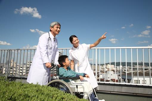 医師 医者 ドクター 白衣 男性 男 管理職 病院 医院 お医者さん 医療 ナース 看護師 看護婦 患者 車椅子 子供 入院 青空 見上げる ベテラン 若い 3人 複数 屋上 屋外 笑顔 指差す 指を指す 励ます 元気づける 日本人   mdjm013 mdmk003 mdjf034