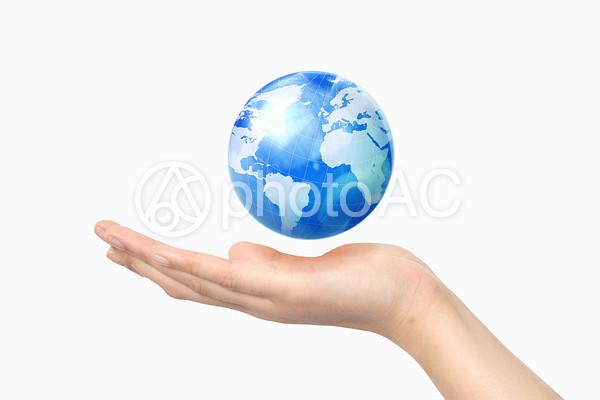 手と地球儀4の写真