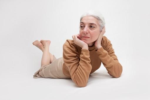 人物 女性 外国人 外人 外国人女性  外人女性 高齢者 老人 年配 シニア  シルバー モデル 60代 70代 白髪  ポーズ 屋内 スタジオ撮影 白バック 白背景 寝そべる 寝転ぶ うつ伏せ 頬杖 リラックス 寛ぐ mdfs004