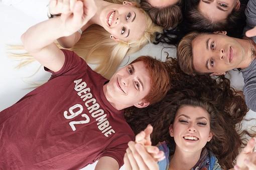 人物 外国人 モデル 男性 女性  男女 複数 グループ 仲間 友達  20代 若者たち 大学生 スタジオ撮影 白バック  白背景 ファッション カジュアル 6人 寝転ぶ 寝そべる 仰向け 俯瞰 真上 笑顔 頭をつける 集まる 仲良し 円 輪になる   mdff025 mdff026 mdff027  mdfm008 mdfm009