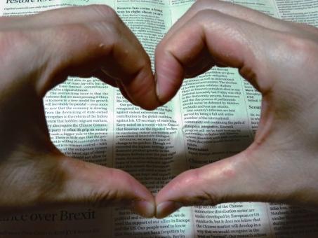 手の形 かたち ラブ つながり 英語 英字新聞 きづな 絆 愛 love 男性 恋愛 恋人 結婚 未来 みらい 新婚 二人 ふたり ハート 手で作った