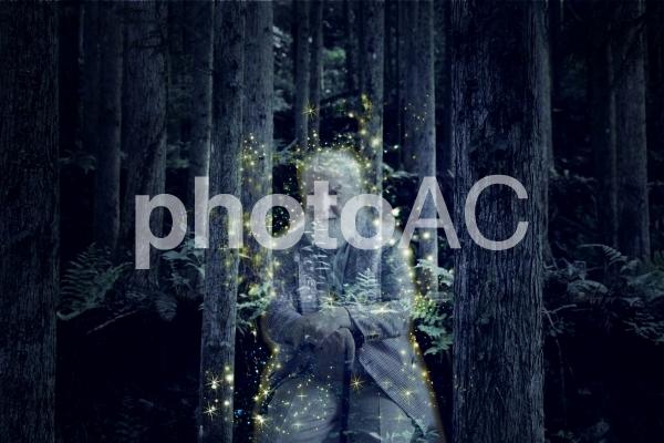 森の中にいる光を放つおじいさんのゴーストの写真