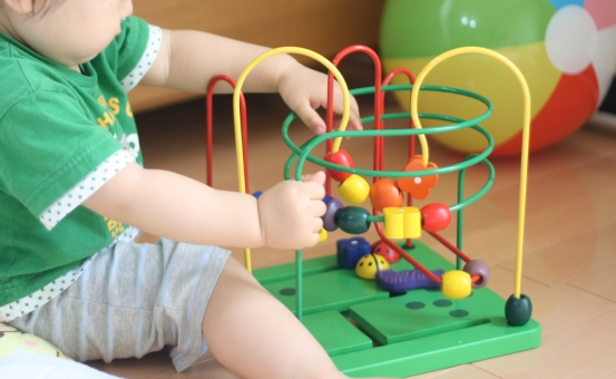 子供 こども 子ども 可愛い かわいい おもちゃ オモチャ 遊ぶ あそぶ 遊び あそび 室内 人物 幼児 日本人 楽しい たのしい 元気 げんき お遊戯 おゆうぎ 幼稚園 ようちえん 保育園 ほいくえん 赤ちゃん あかちゃん べびー ベビー べいびー ベイビー 乳幼児