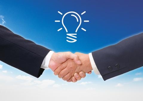 握手するビジネスマン(空バック)の写真
